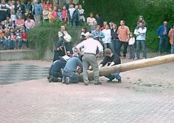 Maibaumstellen 2004 gemeinsam mit der Feuerwehr