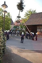 Maibaumstellen auf dem Dorfplatz am 28.04.2007