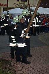 Maibaumstellen 2009 gemeinsam mit der Feuerwehr